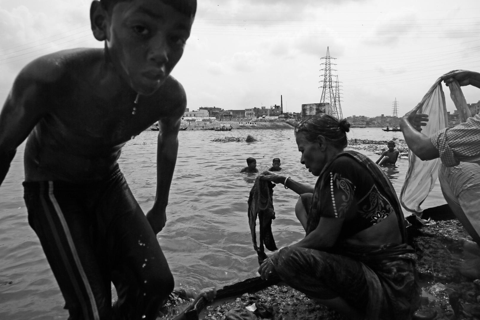 В воде жители ближайших трущоб так же стирают свои вещи