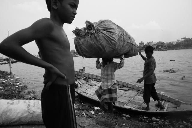 Транспортировка пластика к месту переработки осуществляется на лодках