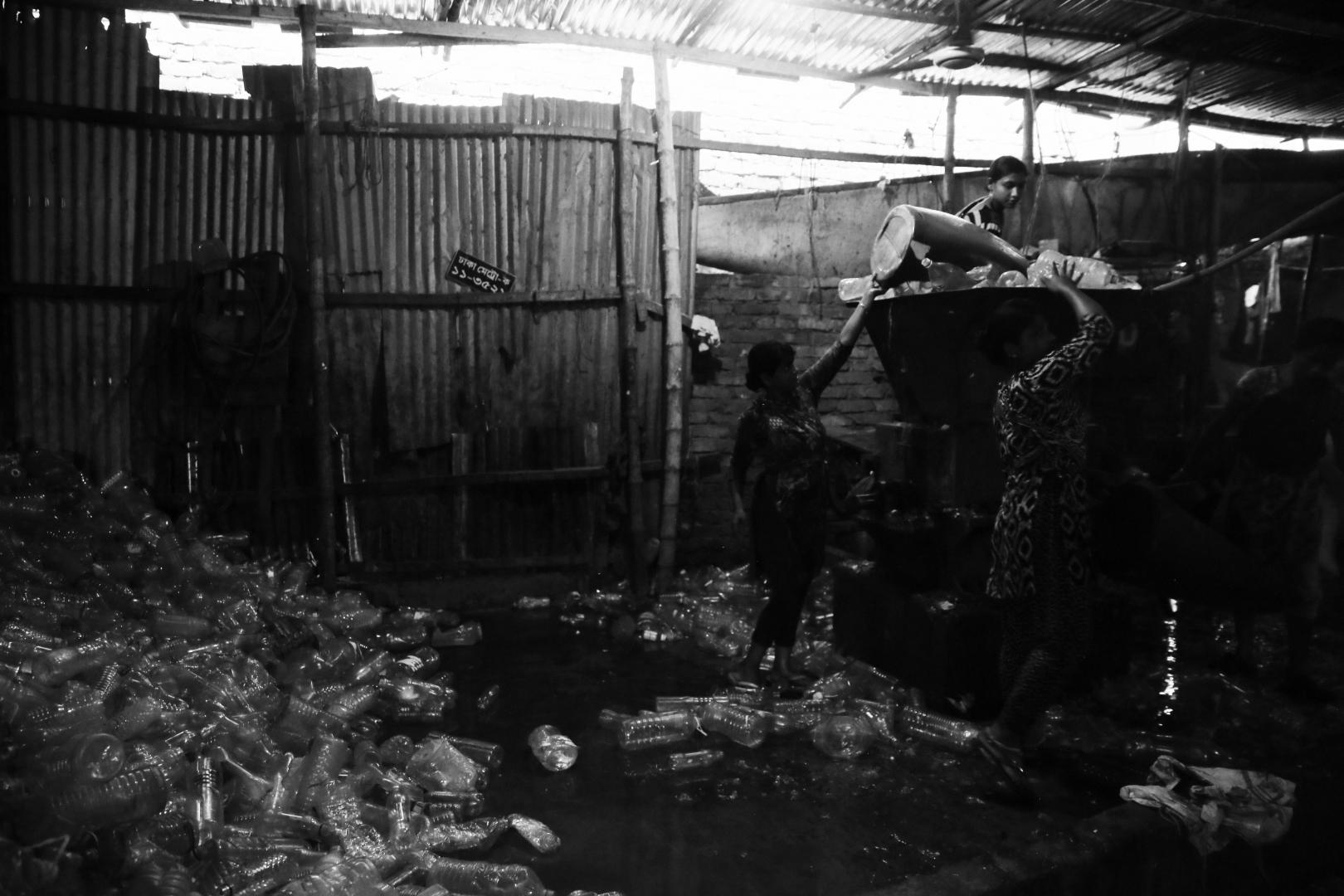 Механическая переработка пластика осуществляется женщинами, жительницами трущоб
