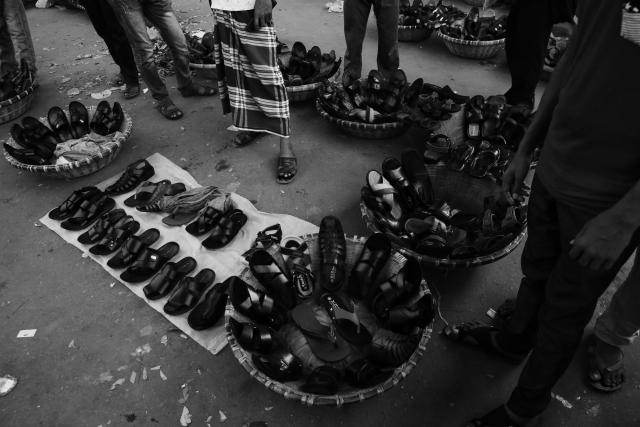 Уличная торговля обувью в Дакке