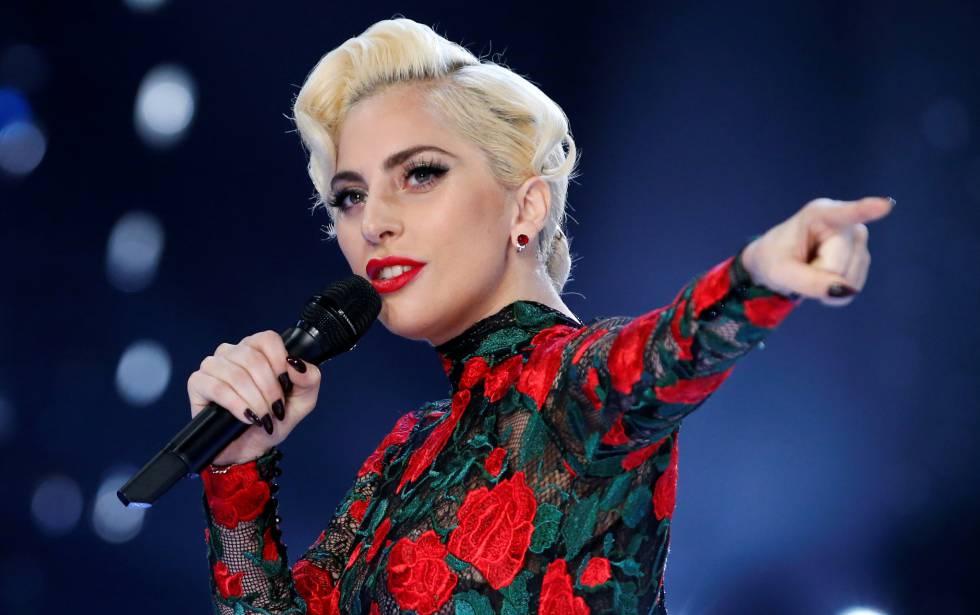 Уронили! Леди Гага с поклонником во время концерта упали со сцены - ИА  REGNUM