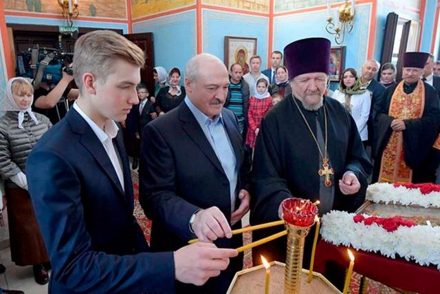 Александр Лукашенко с сыном Николаем в церкви