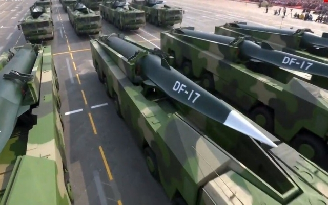 Баллистические ракеты DF-17 на параде в честь  70-летия образования Китайской Народной Республики