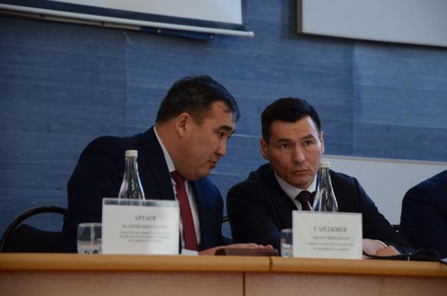 Бату Хасиков (справа)