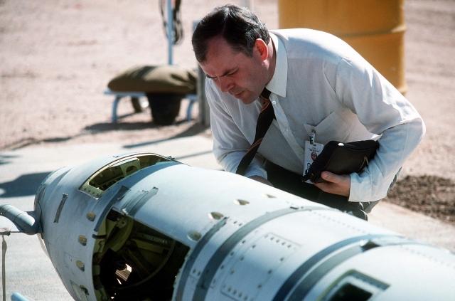 Советский инспектор изучает ракету «Томагавк» наземного базирования перед её уничтожением, октябрь 1988. США