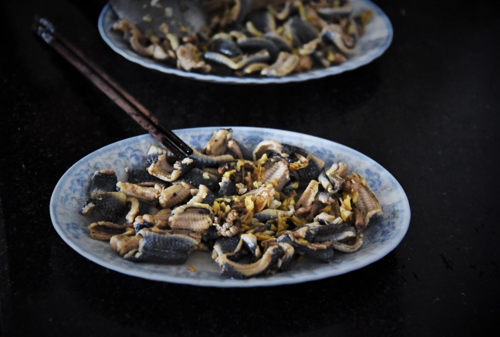Мясо, заправленное традиционным кислым соусом, обжаривают со специями. Для остроты вкуса добавляется имбирь или лимонная трава