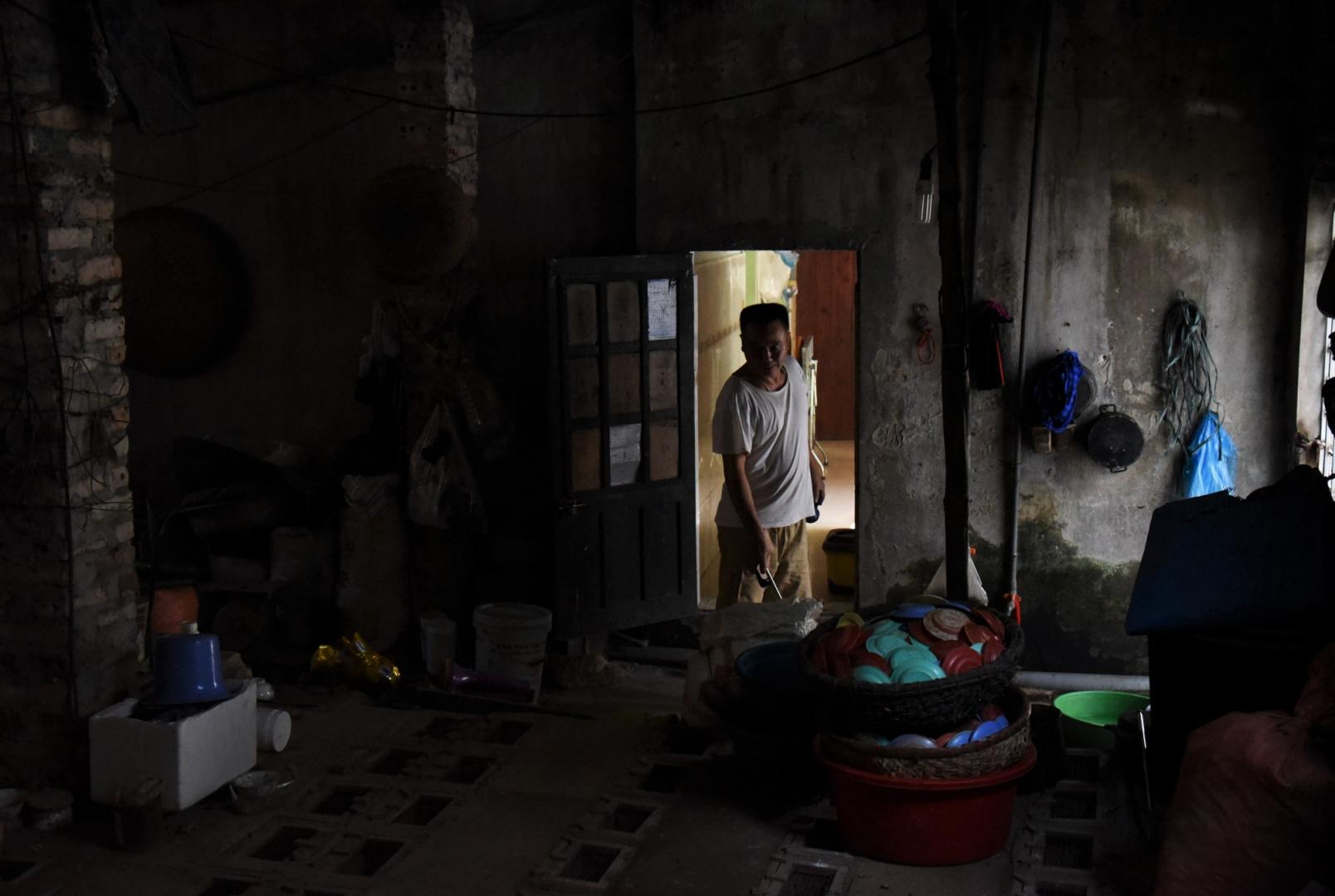 Van Hai в помещении для содержания змей. Его ферма насчитывает более 700 особей кобры и крысиной змеи. Винь Сон. Вьетнам