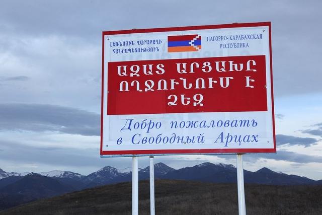 Стенд при въезде в НКР с надписью «Добро пожаловать в Свободный Арцах» на армянском и русском языках