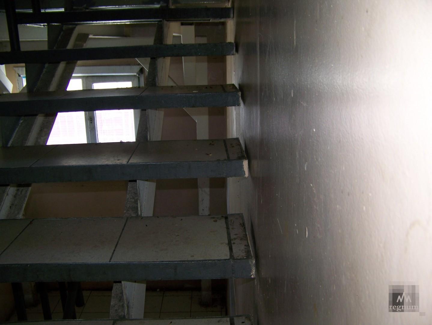 Так выглядят лестничные пролёты в доме, где проживают инвалиды и дети