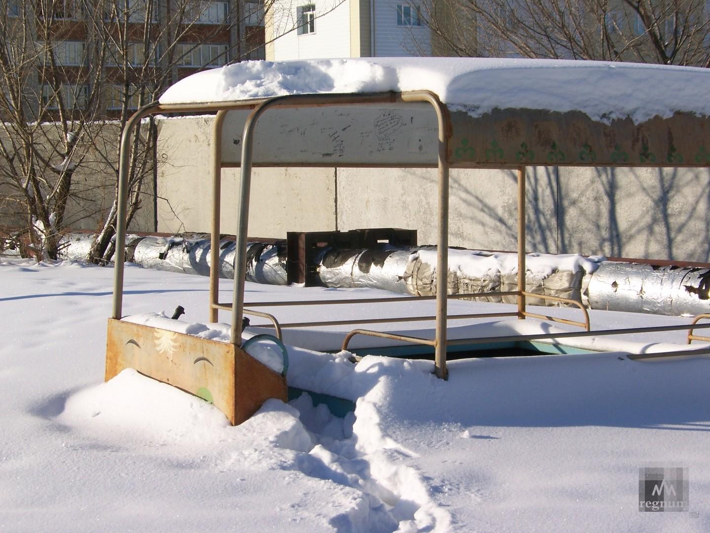 Детская площадка возле дома на улица Спекова и теплотрасса