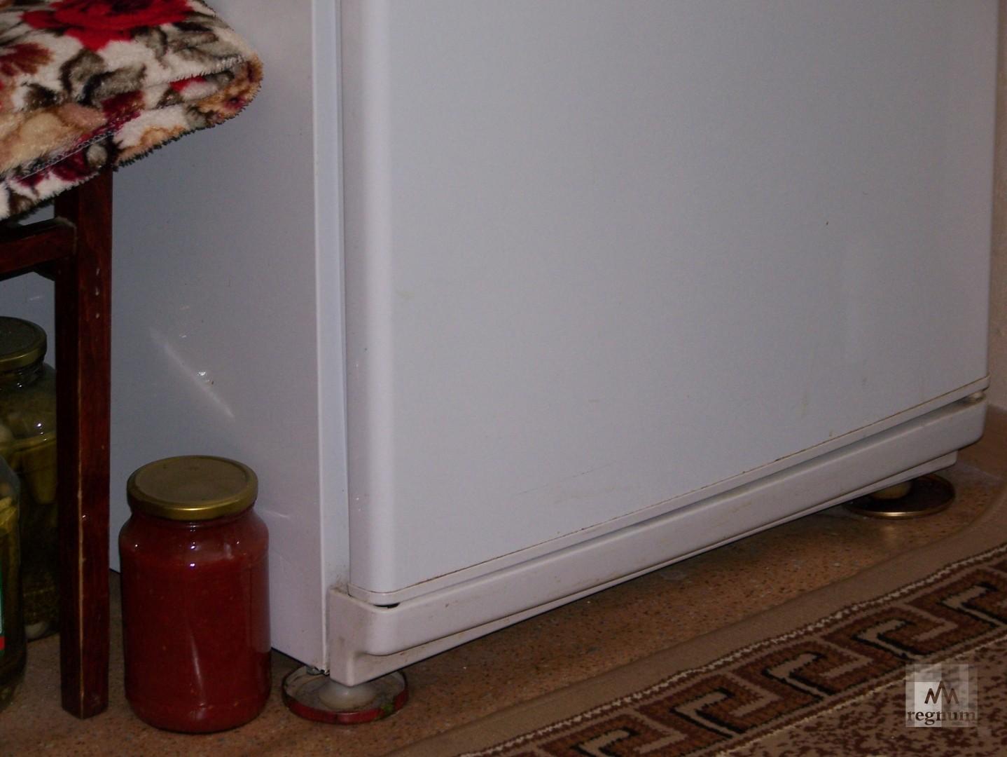 Холодильник приходится ставить на подставке чтобы пол под ним не провалился