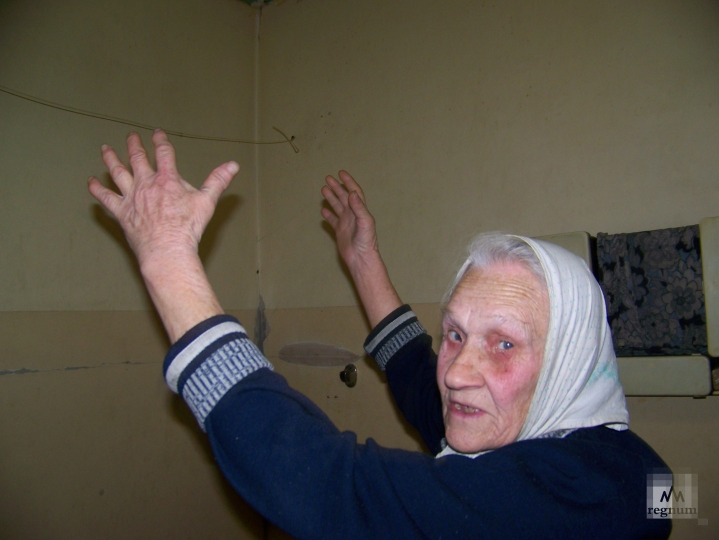 Бабушка Тамара показывает, как не в меру разгулявшиеся соседи проломили потолок над её ванной