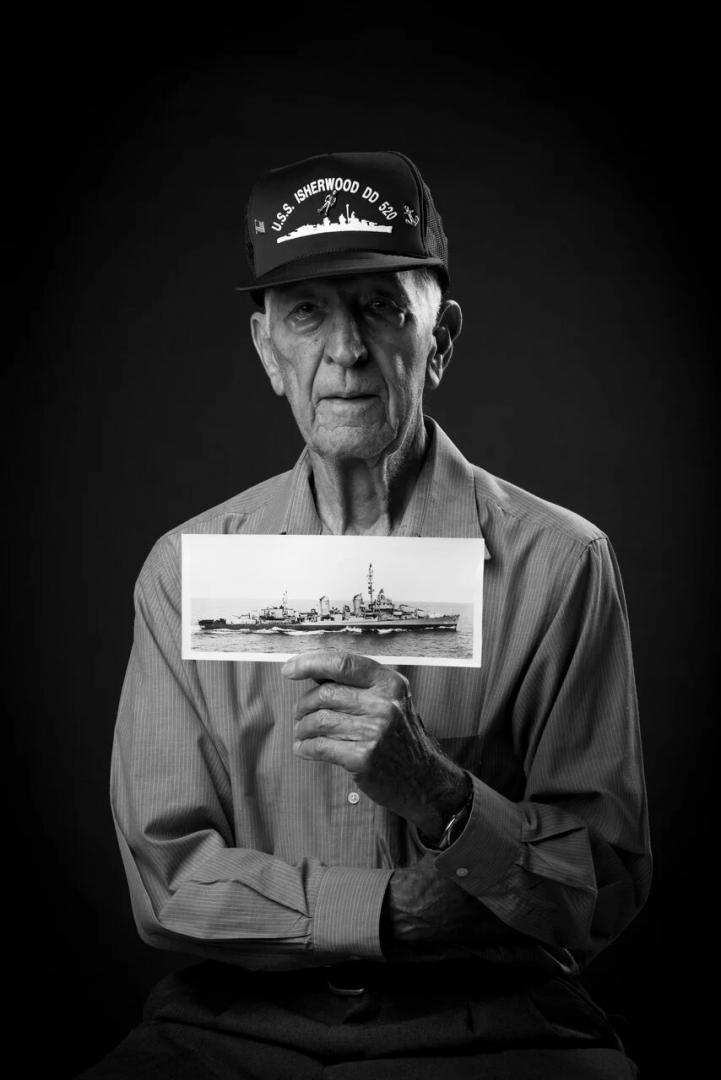«Портреты ветеранов Второй мировой войны» Джон Мониц, ВМС США, электрик 1 класса Время службы: 1943- 1945 гг. Место службы: военный корабль USS Isherwood DD520, Атлантический иТихий океаны г. Чалстон, штат Южная Каролина, США