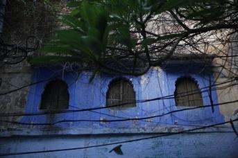 Типичный дом голубого города. Ветхие, аутентичные, но неизменно голубые здания