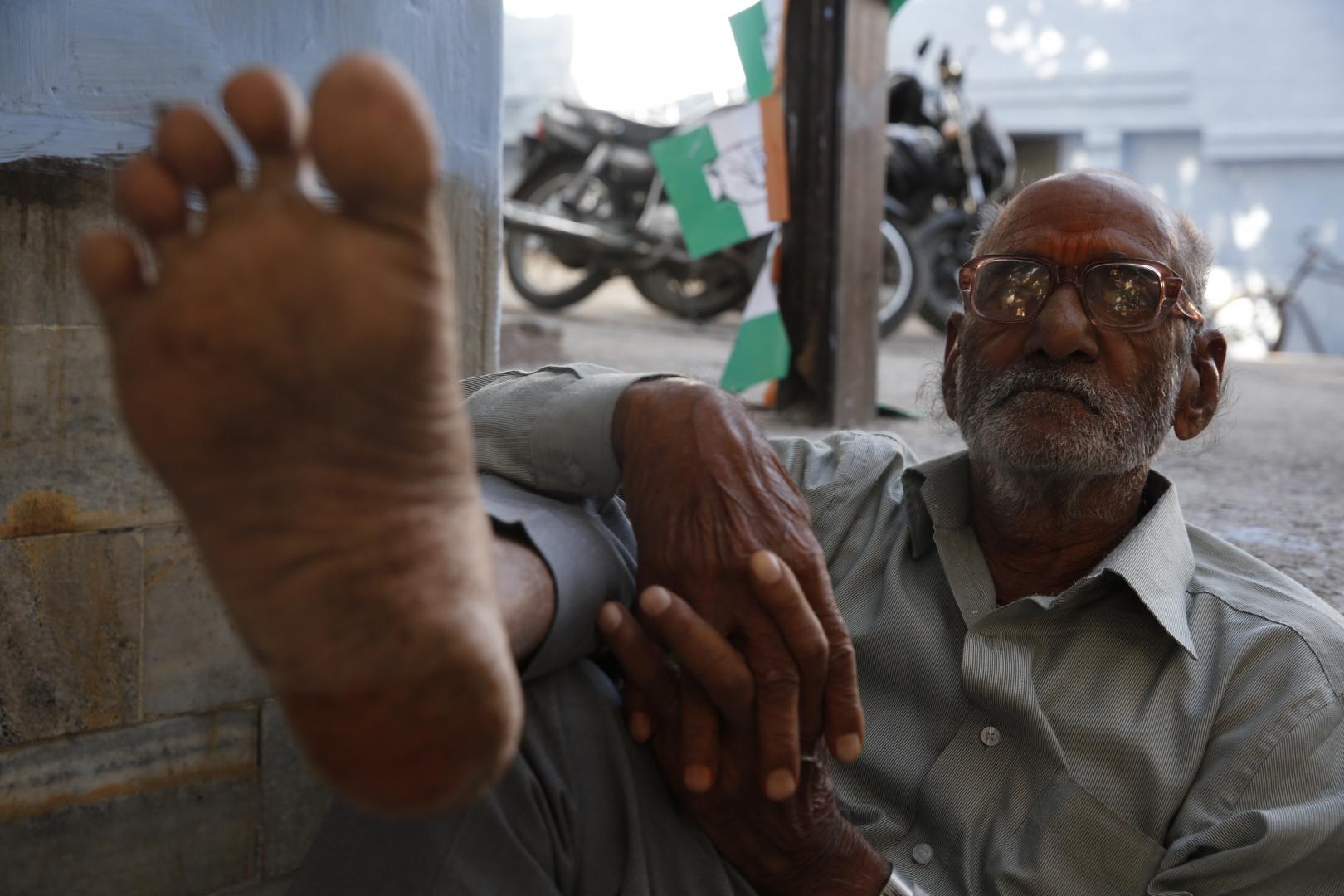 Местный житель на улице. В Индии люди очень часто передвигаются босиком — температура позволяет, чего не скажешь о чистоте, но это никого не смущает
