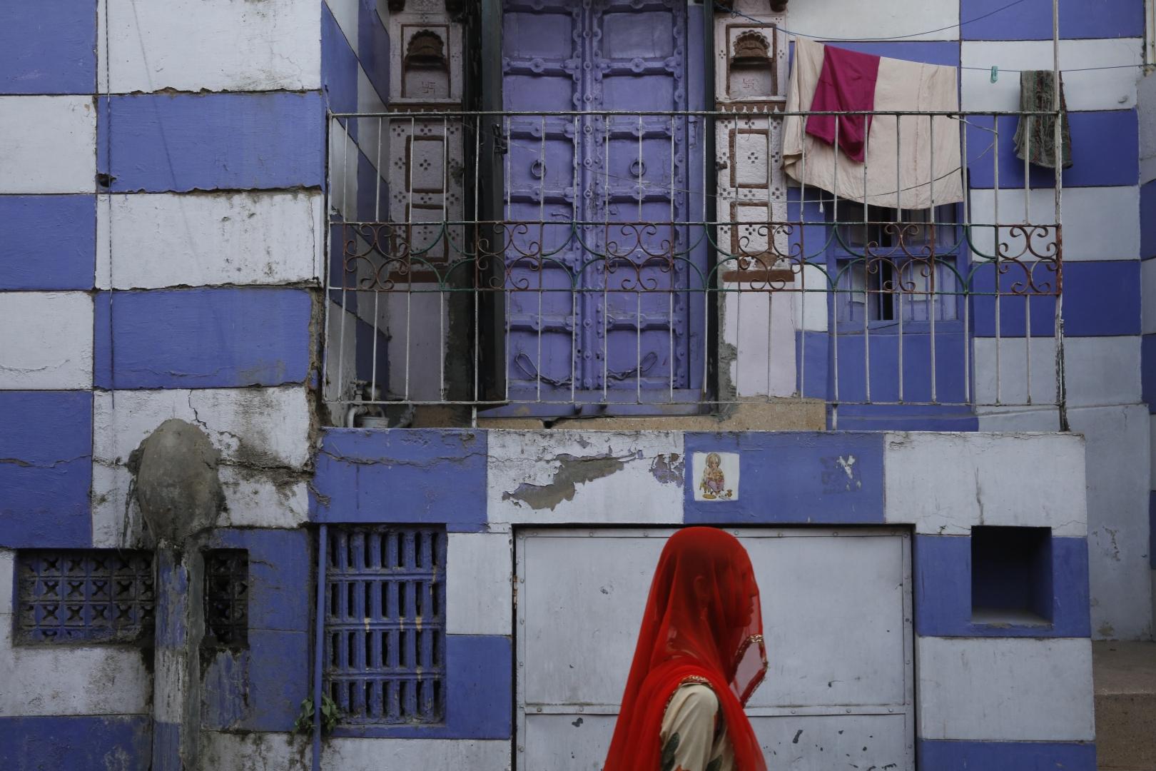 Женщины штата Раджастан, в котором расположен Джодхпур, носят в основном сари красного, синего и желтого цветов