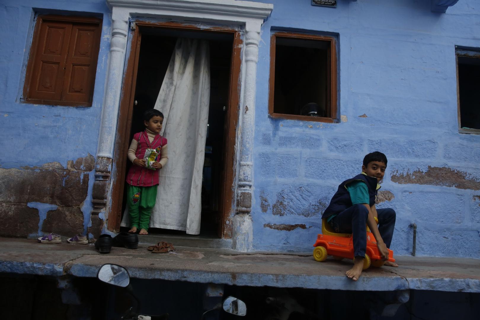Дети играют около входа в брахманский дом