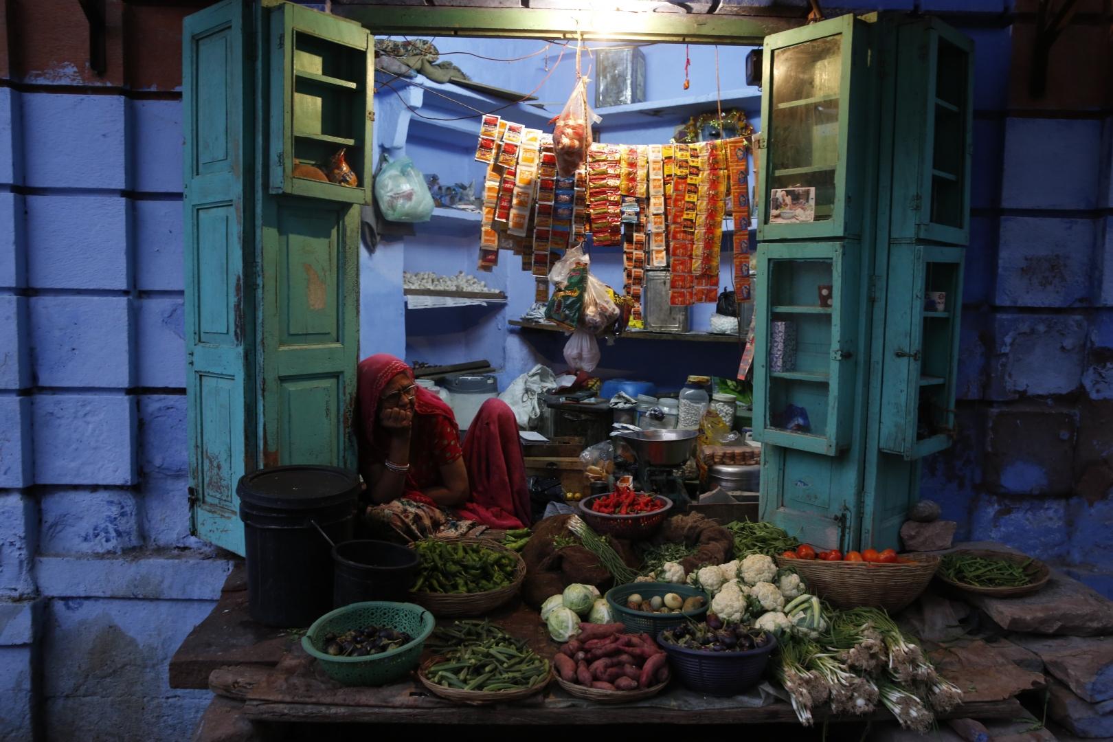 Лавочка с овощами и жевательным табаком ждет своих клиентов