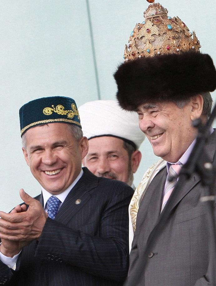 Действующий глава Татарии Рустам Минниханов (слева) и первый глава республики Минтимер Шаймиев (справа) в копии Казанской шапки на торжественных мероприятиях «Изге Болгар жыены»