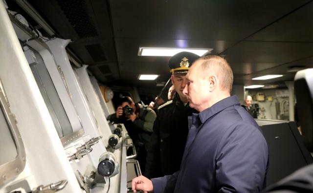 Владимир Путин на корвете «Гремящий»