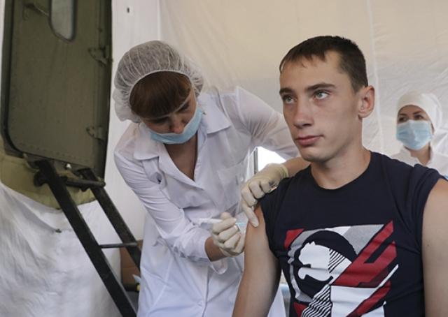 Военные медики ЦВО завершили вакцинацию местного населения города Тулун, а также жителей населенных пунктов Тулунского района Иркутской области, попавшим в зону подтопления. Август 2019 года