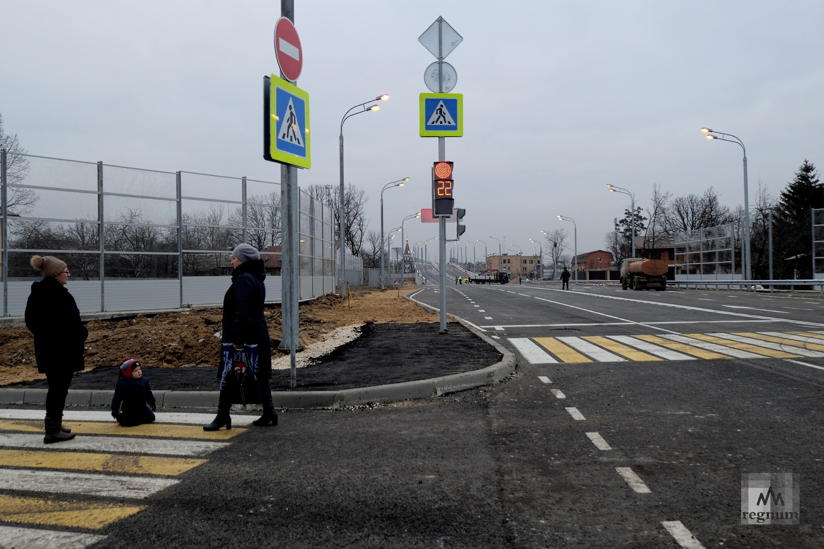 Пешеходный переход и частично уложенный тротуар