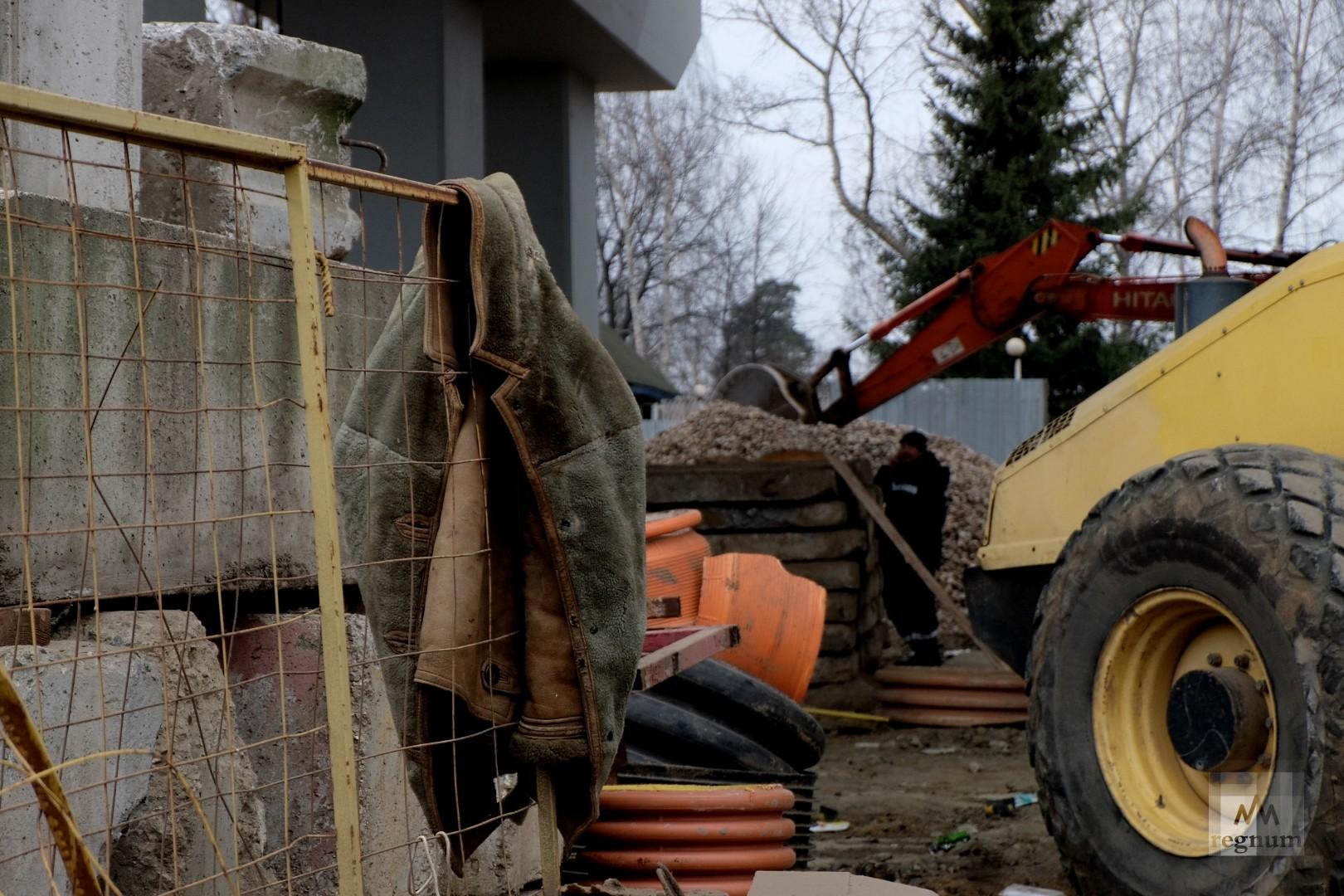 Рабочий и строительная техника