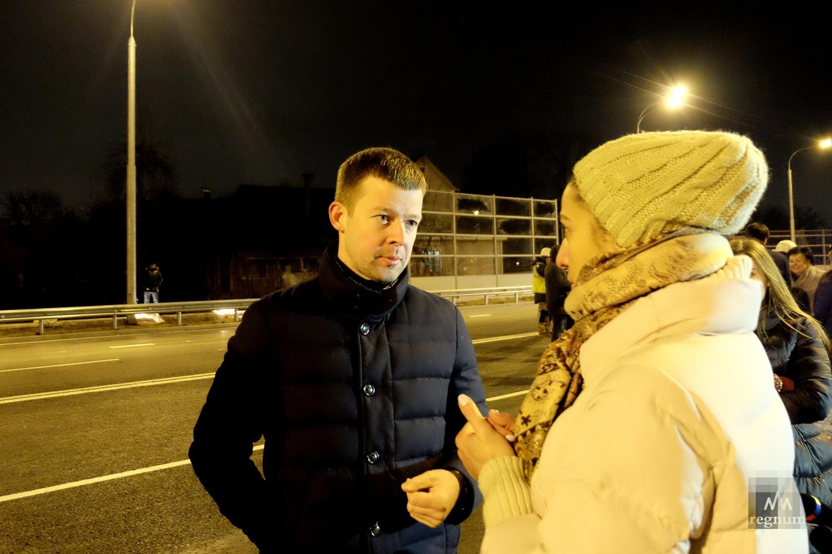 Местные жители задают вопросы Сергею Юрову