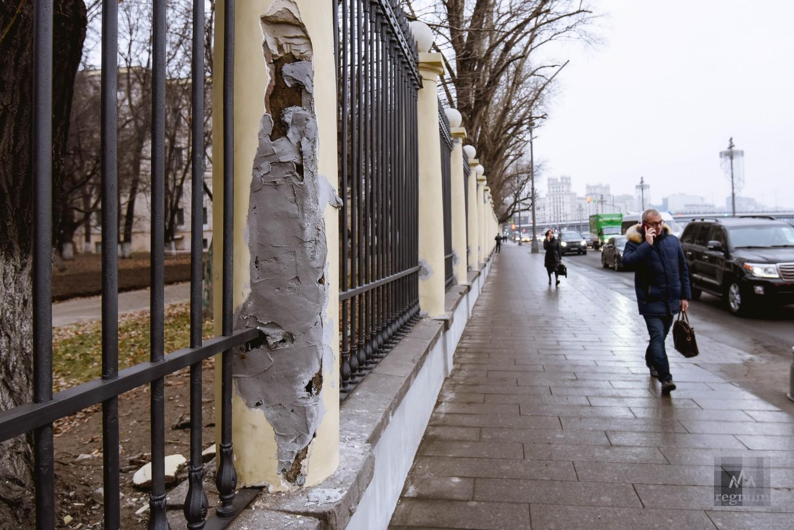 Исторические колонны разваливаются