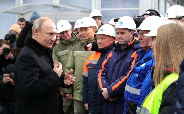Владимир Путин принял участие в открытии автодороги М-11 Москва – Санкт-Петербург и кратко пообщался со строителями