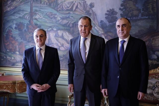 Встреча министров иностранных дел Армении, Азербайджана и России – Зограба Мнацаканяна(слева), Эльмара Мамедъярова(справа) и Сергея Лаврова