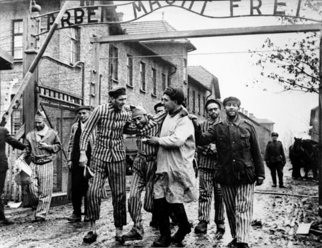 Советские солдаты выводят свобожденных оставшихся в живых узников концлагеря Освенцим. 27 января 1945 года