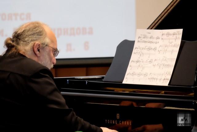 Михаил Аркадьев исполняет музыку Г.Свиридова