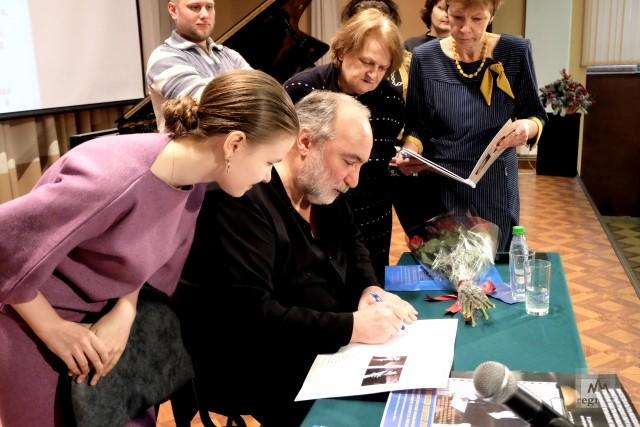 Получение автографа от Михаила Аркадьева