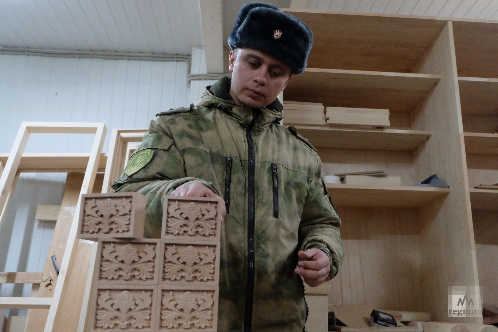 Деревянные украшения с вырезанным орнаментом