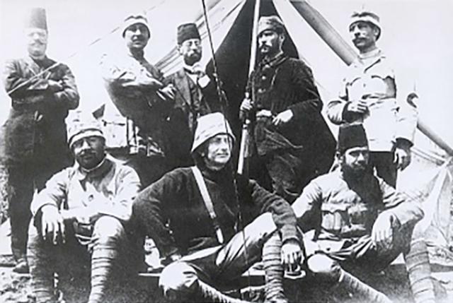 Мустафа Кемаль с представителями «Красного Полумесяца» в Дерне, Ливия. 1911