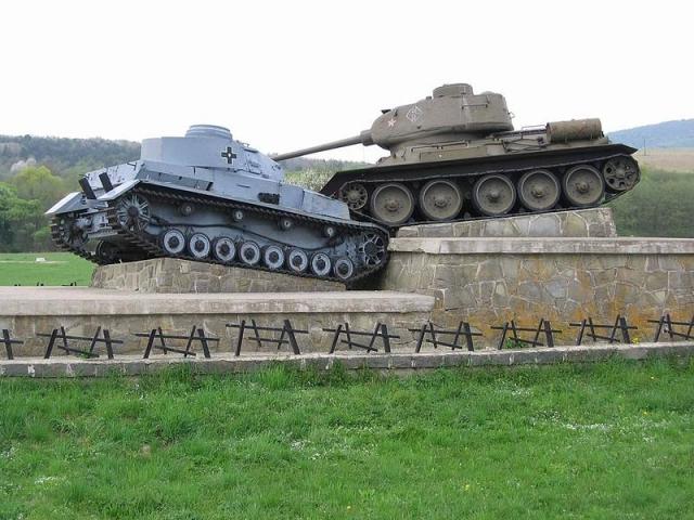 Один из памятников битве за Дуклинский перевал