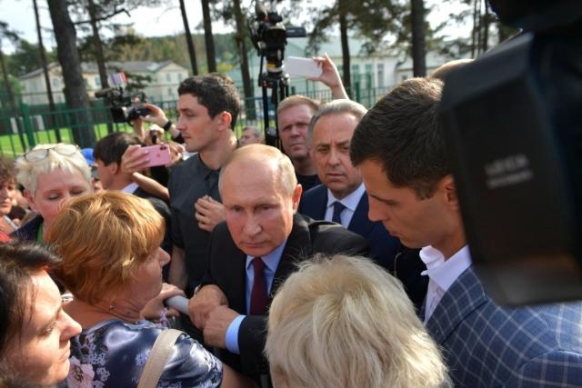 Владимир Путин с жителями Тулуна