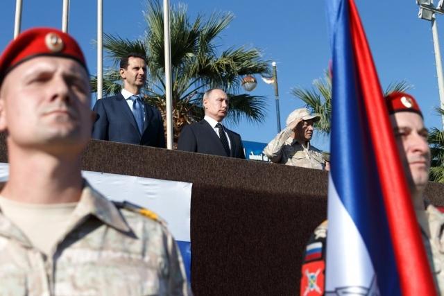 Владимир Путин во время посещения авиабазы Хмеймим в Сирии