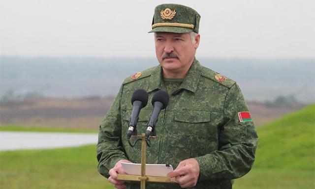 Александр Лукашенко наблюдает за учениями