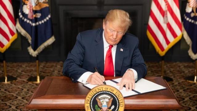 Президент США Дональд Трамп подписывает распоряжение о введение санкций против Ирана. Нью-Джерси