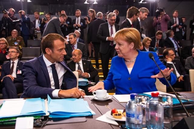Эммануэль Макрон и Ангела Меркель. Саммит НАТО, 11-12 июля 2018 года