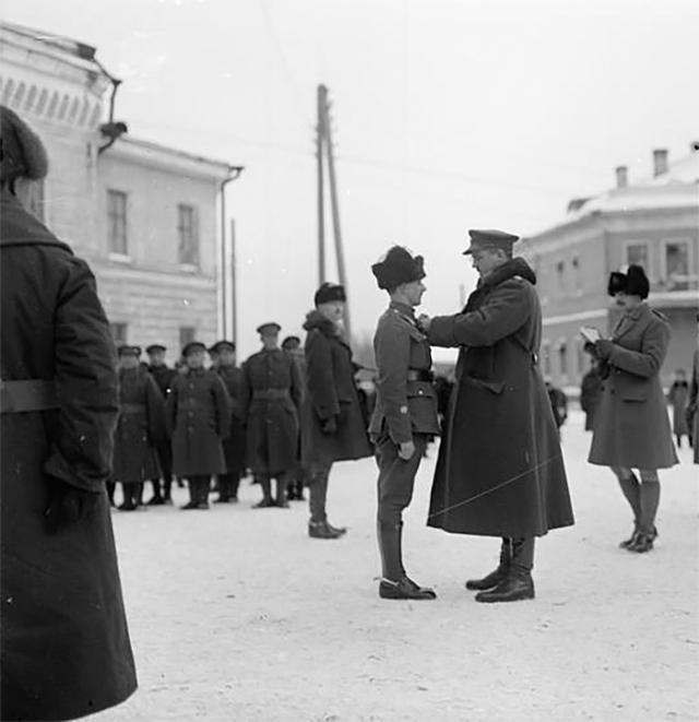 Бригадный генерал Эдмунд Айронсайд, главнокомандующий войсками Антанты в Архангельске, вручает медали. 1919