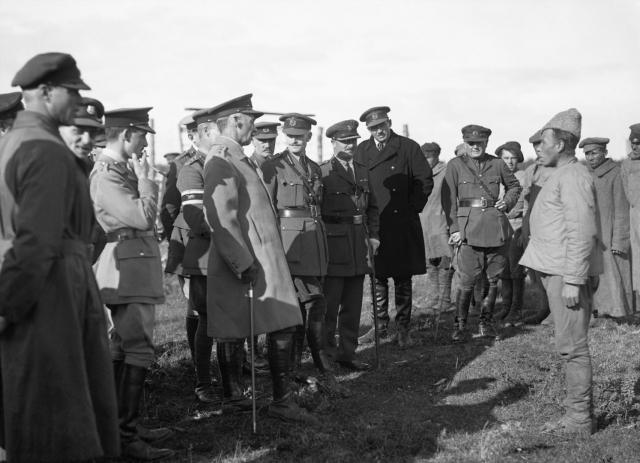 Генерал Генри Сеймур Роулинсон допрашивает пленных солдат Красной Армии. 1919