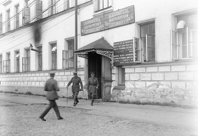 Генерал Генри Сеймур Роулинсон покидает здание главного штаба Северно-Русского экспедиционного корпуса. Архангельск, август — сентябрь 1919 года