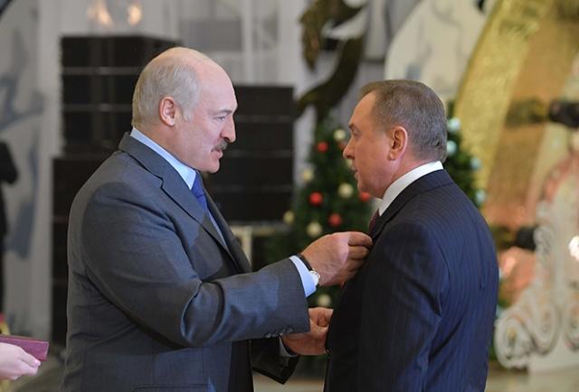 Александр Лукашенко вручает орден Отечества III степени Министру иностранных дел Беларуси Владимиру Макею, 11 января 2019 года