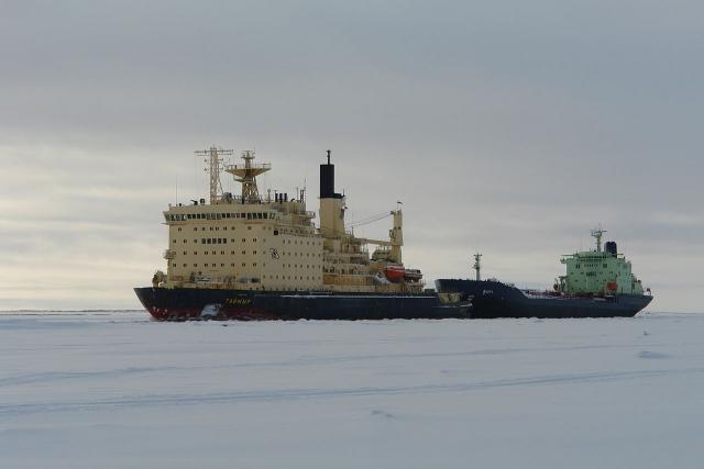 Ледокол «Таймыр» ведёт танкер «Индига» во льдах
