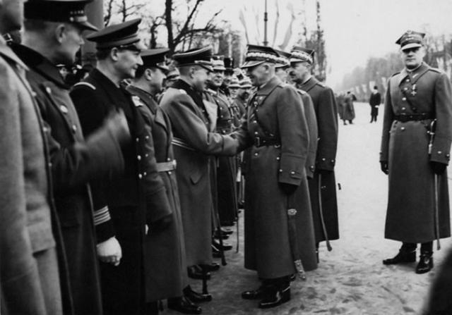 Маршал Рыдз-Смиглы жмёт руку немецкому военному атташе на параде в Варшаве. 11 ноября 1938