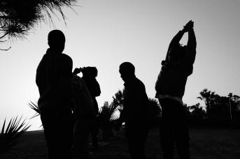 Молодые беженцы на берегу Калабрийского побережья
