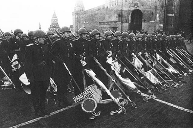 Советские солдаты с немецкими штандартами на Красной площади. Москва, 24 июня 1945 года